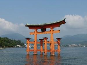 厳島神社にカップルで