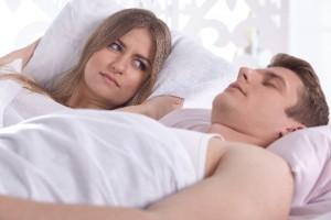 旦那のいびきがうるさい!眠れない!対策は?離婚原因になる?