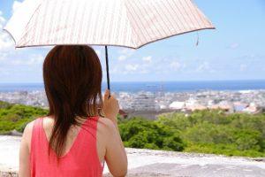 紫外線対策に帽子・日傘・長袖・スカーフを!色や素材はどうする?